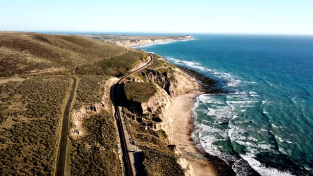 vídeos de stock e filmes b-roll de california coastline with mountains and train tracks from above - big sur
