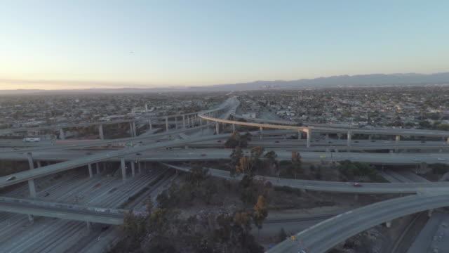 カリフォルニア州高速道路ロサンゼルス 110 105 高速道路交換日没空中 - 州間高速道路点の映像素材/bロール