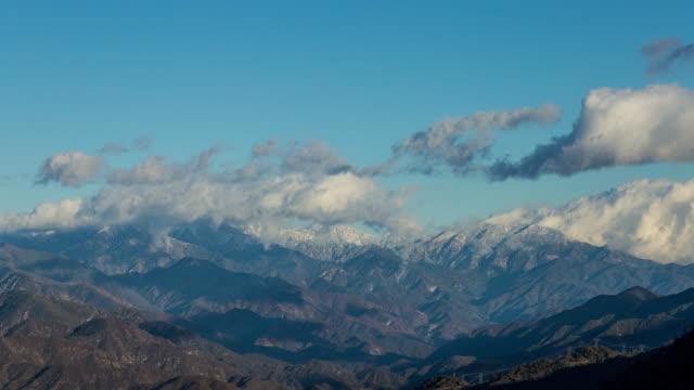 kalifornien bergen nära los angeles med snö och moln dag timelapse - hollywood sign bildbanksvideor och videomaterial från bakom kulisserna