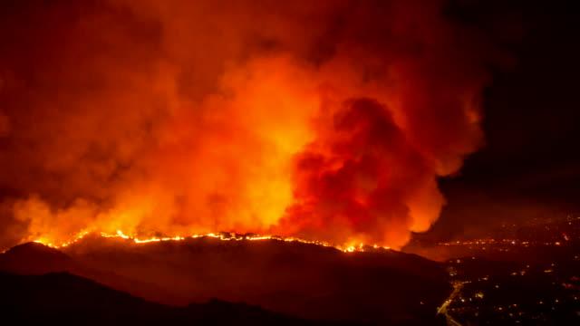 vidéos et rushes de traînée de poudre en californie dans la nuit - time-lapse - desastre natural