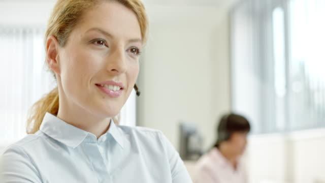 TU chamada centro operador de mulher digitando no laptop dados - vídeo