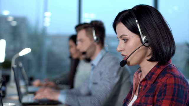 call center betreiber im büro - callcenter stock-videos und b-roll-filmmaterial