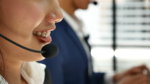 コール センター サポートのクライアントと話す - オペレーター 日本人点の映像素材/bロール