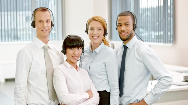 stockvideo's en b-roll-footage met ds call center team portret - vier personen