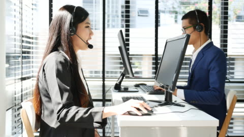 vidéos et rushes de centre d'appels travaille avec l'équipe - bureau ameublement