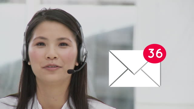 Call centre agent receiving messages