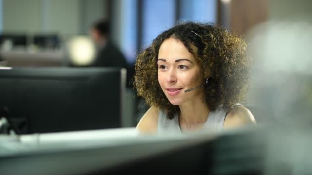 call handler in the office - pracownik obsługi klienta filmów i materiałów b-roll