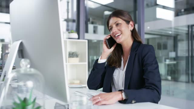 ring dina kunder, de älskar att höra från dig - använda telefon bildbanksvideor och videomaterial från bakom kulisserna