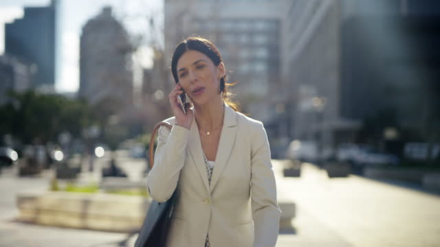 calling the office while i'm commuting - rispondere video stock e b–roll