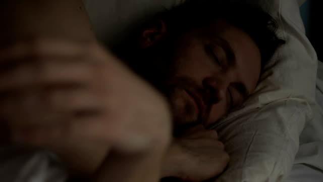 vídeos y material grabado en eventos de stock de tranquilo hombre barbudo durmiendo en la cama, respirando con la boca abierta, un sueño saludable - dormir