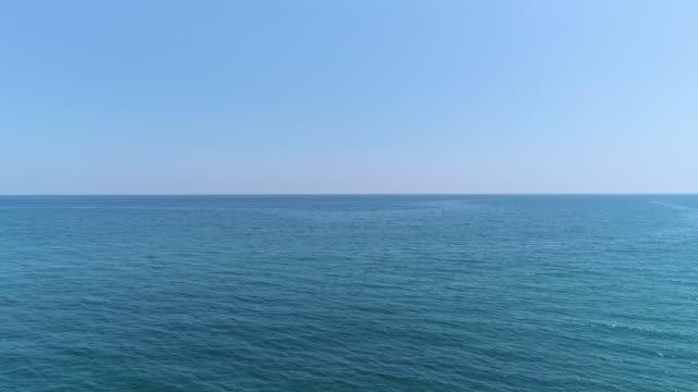 平靜蔚藍的大海和地平線 - {{asset.href}} 個影片檔及 b 捲影像