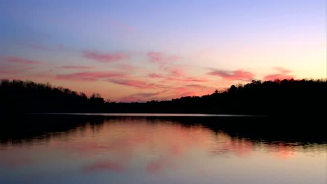 calm lake sunset - alabama stok videoları ve detay görüntü çekimi