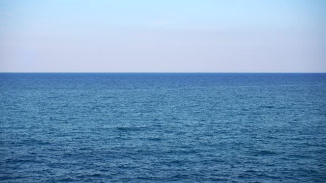 vídeos de stock e filmes b-roll de calm sea or ocean and blue sky background - linha do horizonte sobre água
