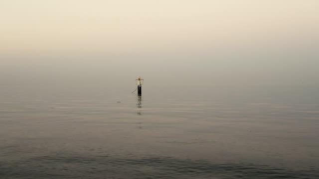 vídeos y material grabado en eventos de stock de mar en calma con boya - anclado