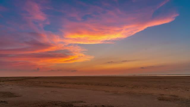 vídeos de stock, filmes e b-roll de parque regional natural de t/l camargue, nuvens bonitas, campo de provence - pôr do sol