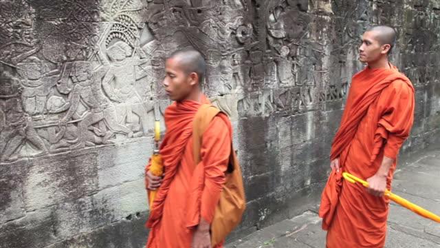 vídeos de stock, filmes e b-roll de cambojano budistas no bayon - relevo