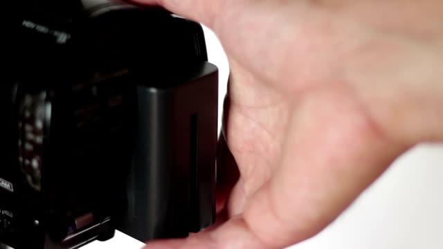 vídeos de stock, filmes e b-roll de filmadora substituição da bateria - pin