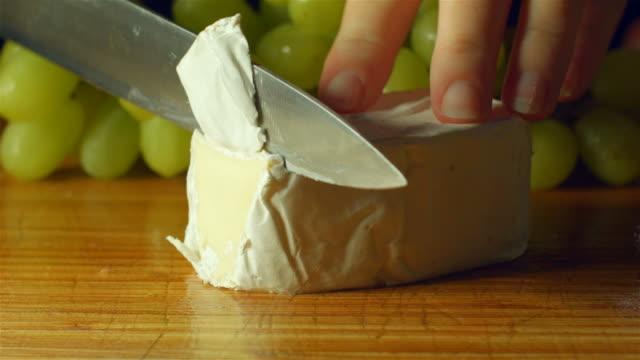 brie käse camembert gesunde frische lebensmittel dich schneiden in der küche - brie stock-videos und b-roll-filmmaterial