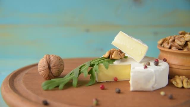 camembert mit rucola - brie stock-videos und b-roll-filmmaterial