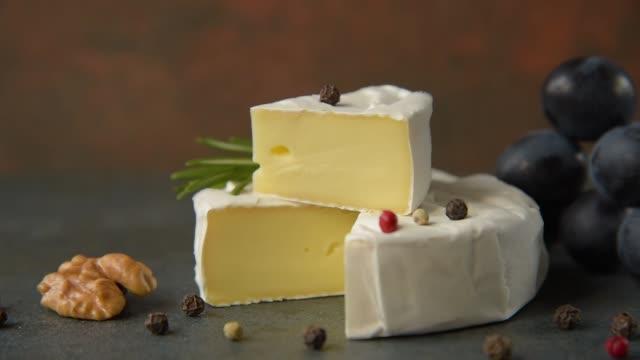 camembert mit trauben - brie stock-videos und b-roll-filmmaterial
