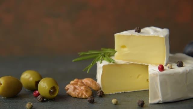 camembert mit oliven - brie stock-videos und b-roll-filmmaterial