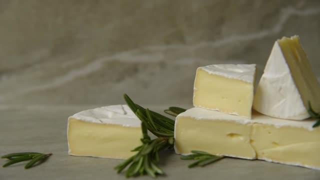 camembert mit rosmarin - brie stock-videos und b-roll-filmmaterial