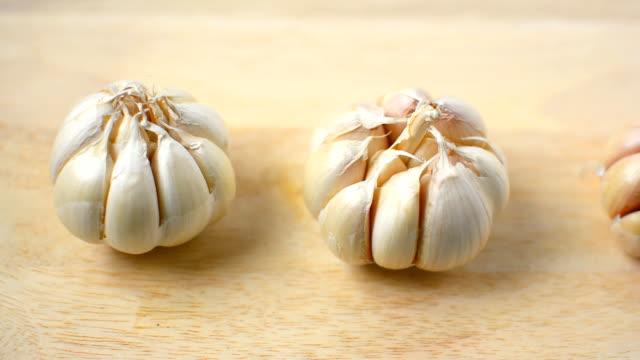 camera dolly, garlic on wood video