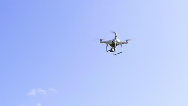 Kamera-Drohne im Flug am Sonnigen Tag – Video