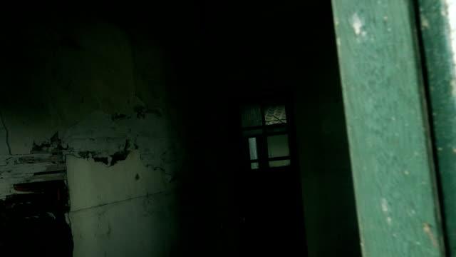kamera bewegen durch fenster des verlassenen krankenhaus - waschmaschine wand stock-videos und b-roll-filmmaterial