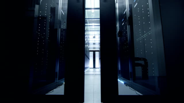 カメラは、データ センターに扉を開いてを移動します。ラック マウント型サーバは、超モダンなと led ライトが点灯。 - スーパーコンピューター点の映像素材/bロール