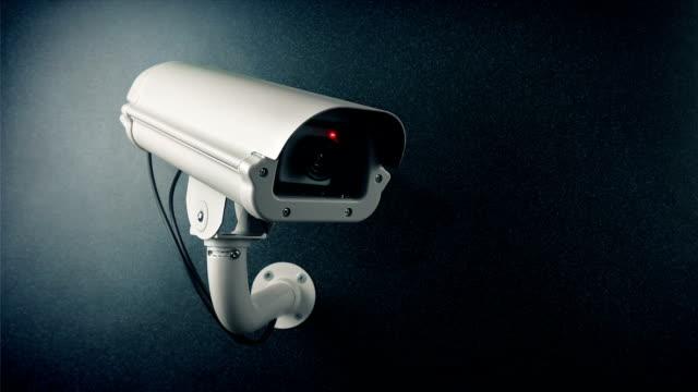 cctv-kamera an wand blinkende licht schleife - überwachungskamera stock-videos und b-roll-filmmaterial