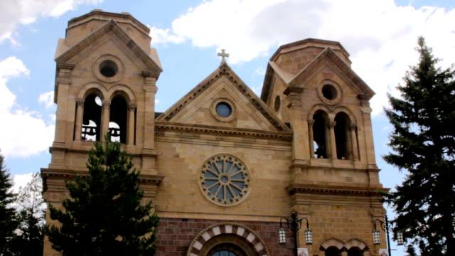 bir katolik katedrali ortaya çıkarmak için kamera tava - fransa kralı i. fransuva stok videoları ve detay görüntü çekimi