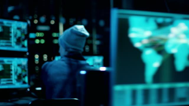 Cámara se mueve rápidamente de miembro a miembro del grupo de Hackers de adolescente. Organizar atacan servidores de datos desde su oscuro escondite. - vídeo