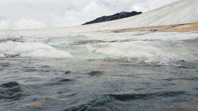 Camera record glacial water - underwater FullHD