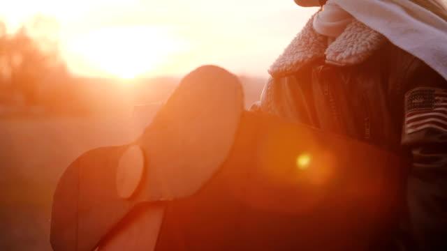 kameran lutar upp den lilla flickan i roliga plan pilot kostym tittar på solnedgången med lugn avslappnad ögon slowmotion. - föreställningsförmåga bildbanksvideor och videomaterial från bakom kulisserna