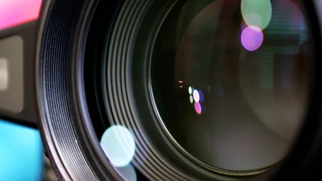 カメラズームレンズシャープな画像に焦点を合わせ、写真やビデオをキャプチャするためにズームイン/アウト - 映画用カメラ点の映像素材/bロール