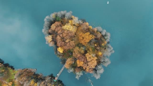 kameran zoomar ut flygande runt ön i turkos vatten - blue yellow bildbanksvideor och videomaterial från bakom kulisserna