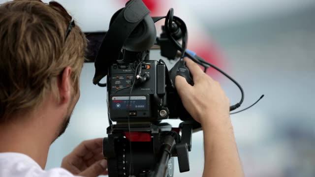 kameramann filmen kulissen im regen - storytelling videos stock-videos und b-roll-filmmaterial