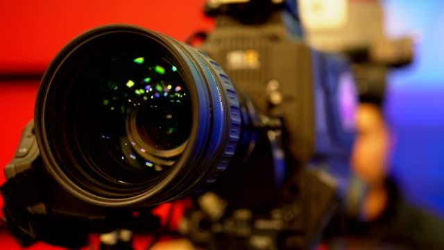 vídeos de stock, filmes e b-roll de cameraman no processo de trabalho no estúdio. lente da câmera - entrevista coletiva