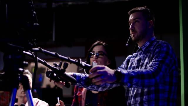 카메라 맨 스튜디오에서 작업 과정 - 영화 촬영 스톡 비디오 및 b-롤 화면