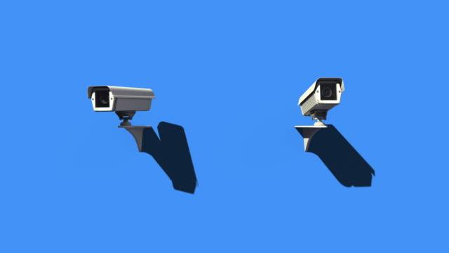 파란색 배경에 움직이는 cctv 카메라, 공공 감시 시스템, 보안 - 성찬 미사 스톡 비디오 및 b-롤 화면