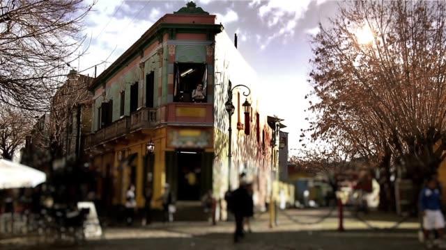 """caminito street (""""piccolo sentiero"""") nel quartiere di la boca (buenos aires). - argentina america del sud video stock e b–roll"""