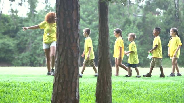 lager berater mit kindern im park wandern einzelne datei - ferienlager stock-videos und b-roll-filmmaterial