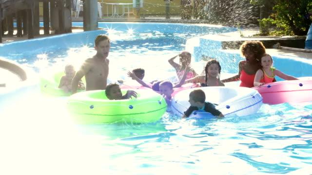 怠惰な川の水の公園で子どもキャンプ カウンセラー - 怠惰点の映像素材/bロール