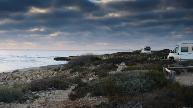 stockvideo's en b-roll-footage met camper auto camping aan strand kust - caravan