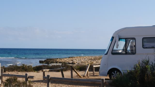 Camper bil camping på stranden Sea Shore video