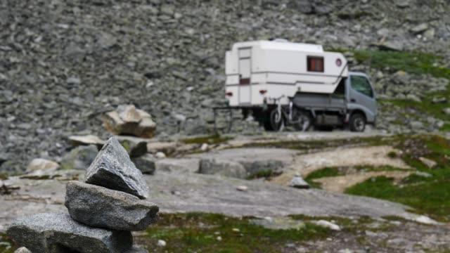 stockvideo's en b-roll-footage met camper auto in noorse bergen - caravan
