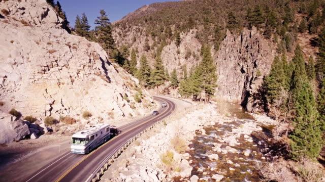 キャンピングカーや車山道路 - 空撮登山 - カリフォルニアシエラネバダ点の映像素材/bロール