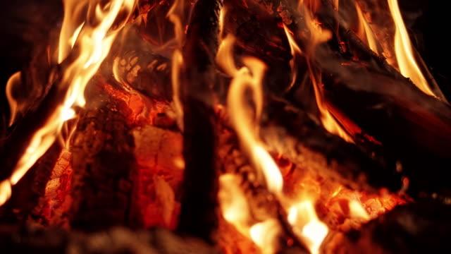 geceleri slo mo kamp ateşi - şömine odunu stok videoları ve detay görüntü çekimi