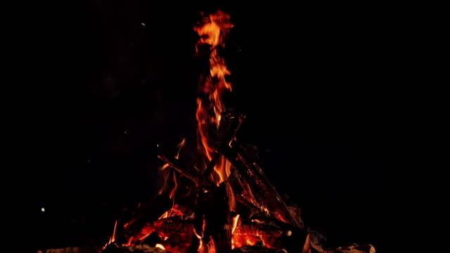 slo mo ld lägereld brinner i en mörk natt - bål utomhuseld bildbanksvideor och videomaterial från bakom kulisserna